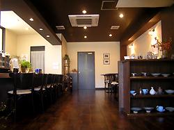 入口から見る店内。 落ち着いたコーヒーブラウン色。