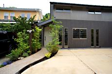 シルバー×アッシュグレーの木調外壁材でクールでモダンな外観になりました。 お施主様が、ガーデンデザインをする方で、自ら植物の植え込みをして頂きました。 素敵です♪