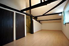 住居2階。 勾配天井で、梁や柱は昔のまま。 ロフト感覚の2階です。 収納も充実!