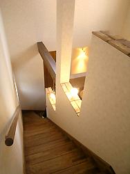 上りやすい段数にして、壁を取り払い、オープンな階段にしました。 とても明るいです!