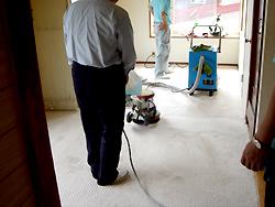 じゅうたん敷きの部屋をクリーニング。 専門の液体洗剤で洗いながら同時に汚れた水気を吸い取っていきます。