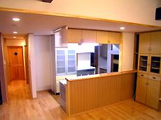 対面式キッチン。 食事の支度中も、家族のみんなと会話が弾みます。 充実した収納も魅力的です。 キッチンの奥に勝手口があります。