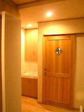 洗面脱衣室入り口。 建具や作りつけ家具は、オリジナルで造りました。ステンドグラス入り。