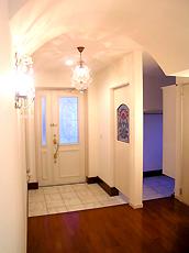 玄関ホール・シューズルーム。アンティークステンドグラスと、シャンデリアがポイントです。