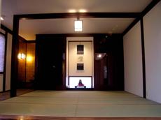 和室。床の間両脇は収納。タイル張りの縁側には、水屋があります。