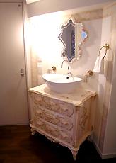 オリジナル化粧洗面台。キャビネットに洗面ボールを組み込みました。