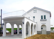 ピロティーがポイントのF邸。ガレージ上は、多目的広場、バルコニーになっています。