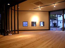 ギャラリー風の店内。 無垢の杉板が柔らかくて気持ちよさそうです。