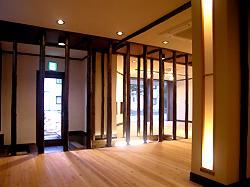 通路にある素朴な桧丸柱の陳列が、お店を何となく2 分化しています。 仕切り壁と違って開放感がありますね。