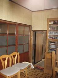 台所から隣りの部屋を見る。