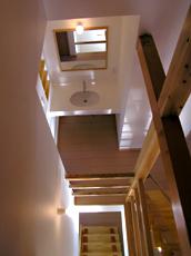 ロフトより下を見る。 洗面台と1Fに降りる階段が見える。