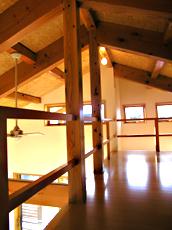 ロフト感覚の屋根裏部屋。 天井が低いため立てないが、落ち着ける趣味室に。