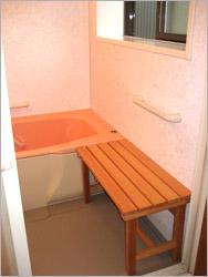 更に、腰掛けて移動できる様にしっかりとしたベンチを造りました。