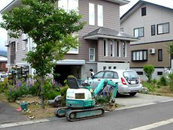 2007年6月 築9年のNさま邸。 道路との境界にレンガを積みます。 お隣さんとの境界ブロックも工事することになりました。