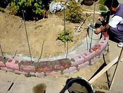 要所要所に鉄筋を入れて積み上げていきます。 今回使用するレンガは、エスビックの「コッツトロン プラム」です。 N様邸に合いそうな色です。