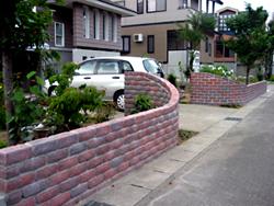 完成! レンガをR形に積んだので、車の出し入れが容易だそうです。 お客さまも喜んでくださいました。 奥様は早速、草花の植え込みをされていました。