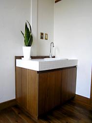 洗面化粧台が付いていましたがオリジナルでパーティーシンクを造りました。 白のモザイクタイルを使いシンプルに。
