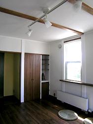 ともと押し入れだったところを、クローゼットと飾り棚に変えました。 扉は、シンクやトイレの引き戸と同じ材料で造りました。