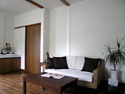 テーマは「アジアンリゾート」 ウォーターヒヤシンスのソファとバーチ材のテーブル、サイドテーブルを置いてみました。 白とアンバー色で、スッキリとしたインテリアになりました。