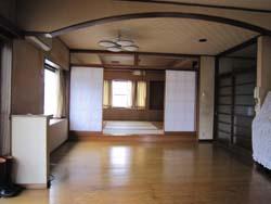 キッチンから見る。LD+和室。 喫煙の影響で、クロスが変色していました。