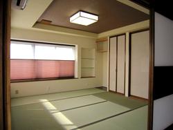 和室も一新。 ちょっと贅沢に、珪藻土+和紙を組み合わせてモダンな空間に。 窓の装飾は、プリーツスクリーンで、見た目も機能性もGood! 収納は、現在の家族構成やライフスタイルに合わせて変えました♪