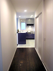 1F廊下。突き当たりにキッチンです。