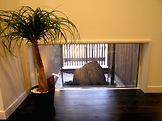 玄関に入ると、坪庭が正面に見えます。 お風呂や2Fホールからも眺められます。