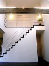 リビングの吹き抜けを利用した階段。子供の動きが分かり、また、リビングのアクセントにもなります。