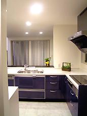 サンウェーブのシステムキッチン。鏡面のブルーをチョイス。白インテリアにグッと映えます。