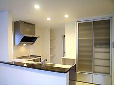 収納充実のキッチン。背面壁の後ろにもパントリーがあり、沢山ストックできます。主婦の強い味方ですね。