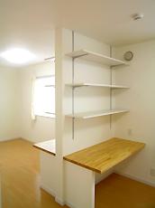 2ドア1ルームの子供室。オリジナルデスクで仕切っています。将来は完全な個室になります。
