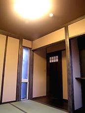 和室。柱を自然塗料で塗り、落ち着いた雰囲気に。入口の板戸は手造りです。