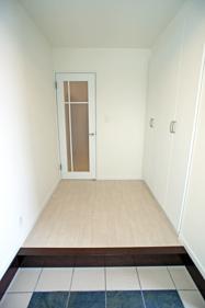 白系の内装にして明るい玄関に。 収納も充実しています。