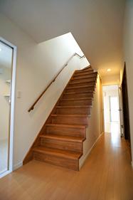階段は、半分オープンにして、暗くて細長い廊下を 少しでも明るく、解放感が出るようにしました。