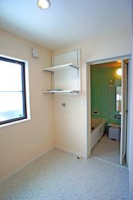 窓の形状を変えて、収納棚や洗濯機を 置けるスペースを確保。 お風呂も色鮮やかなシステムバスにチェンジ♪
