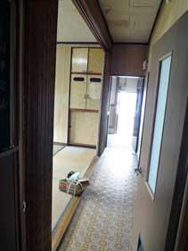 廊下から裏出入り口を見る。