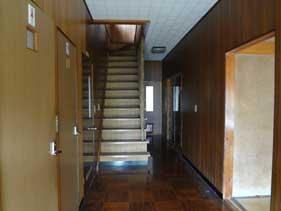 玄関からホール、階段を見る。