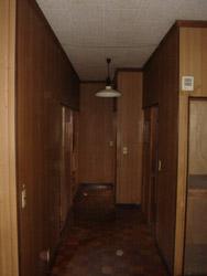 中廊下をはさんで部屋があったためとても暗い廊下でした。