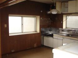 台所。 窓際にキッチン、あいている部分にダイニングテーブルが置いてありました。