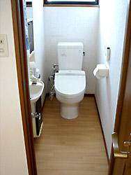 リフォーム後のトイレ。 壁付きリモコンにして、床は明るいフローリング柄のクッションフロアに。