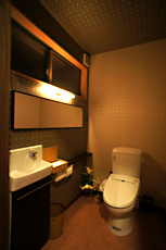 店舗トイレ。 車椅子でも利用できるようにゆったりスペースです。