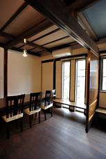 2F床根太や、長押、柱は旧家のものをそのまま利用。 綺麗に塗装をやり直しました。