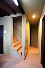 2Fへ上がる階段。