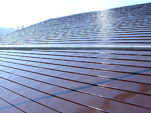 リフォーム後の屋根。 ピカピカになりました。 落雪式の屋根の場合、段々滑りが悪くなるので早めの塗り替えをお勧めします。