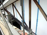 外壁を塗装する前に外壁材の継ぎ目や窓周りなどのコーキングを直します。