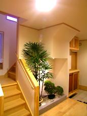 階段の向きを変え、収納や坪庭を造りました。