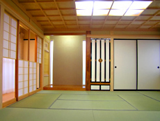 リビングの襖を開けると和室。