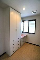洗面脱衣室。 タオルや衣類を入れる収納をオリジナルで造りました。 床は、本物志向で、籐フローリングに! べた付かず、サラッとしてて気持ちいい♪