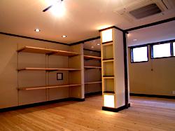 柱に作った什器にも照明を入れて演出。 壁面には、寝具商品を陳列します。