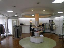リフォーム前のお店。 婦人服を展開していました。 工事の為、商品や什器を片付けています。 とても明るい店内でしたが、ガラッと雰囲気を変えます。